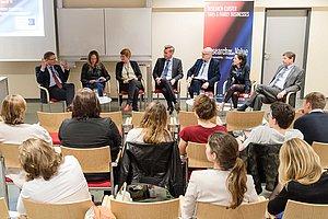 Podiumsdiskussion beim Event zur Rolle von Unternehmen & Hochschulen bei der SDG-Erreichung.
