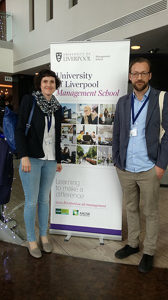 """Christina Schweiger und Alexander Engelmann auf der Konferenz """"Organisational Learning, Knowledge and Capabilities (OLKC) 2018"""" in Liverpool."""
