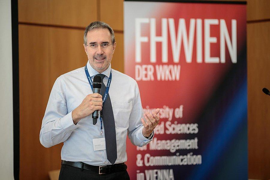 "Helmut Pöllinger (Regional Vice President Austria & CEE, Brainloop AG) stellte seine Keynote unter den Titel ""Challenges in Relationship Management and Digitalization"". Foto: Alexander Müller"