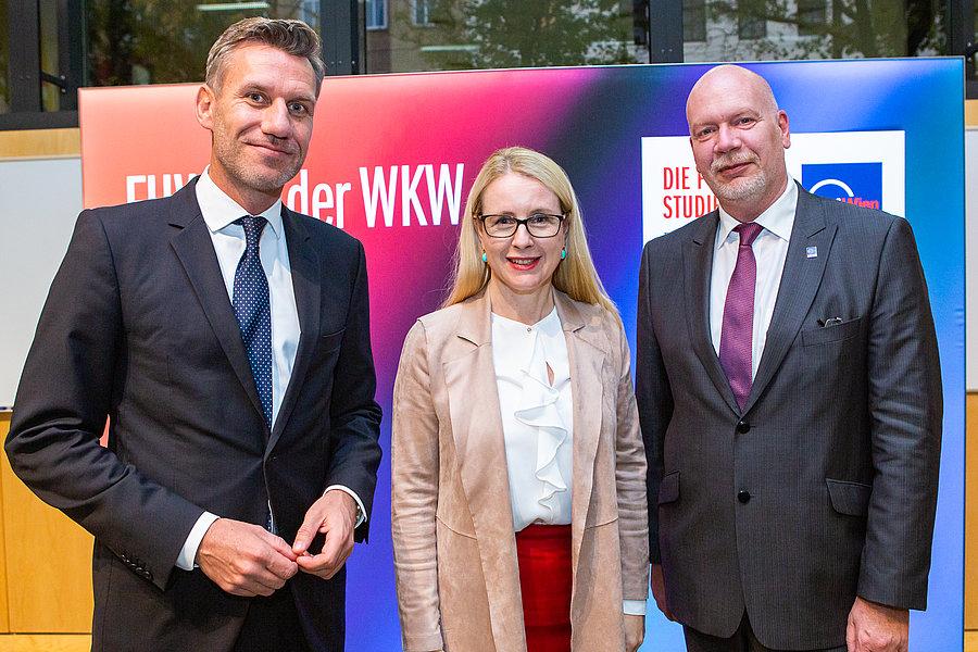 V. l. n. r.: Prof. Dr. Markus Scholz (CCGBE), Bundesministerin Dr. Margarete Schramböck, Ing. Mag. (FH) Michael Heritsch, MSc (CEO FHWien der WKW)
