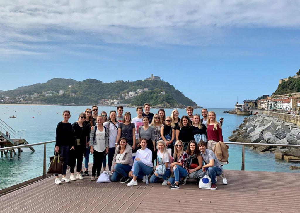 Master-Studierende in der Bucht von San Sebastián (© Michael Roth)
