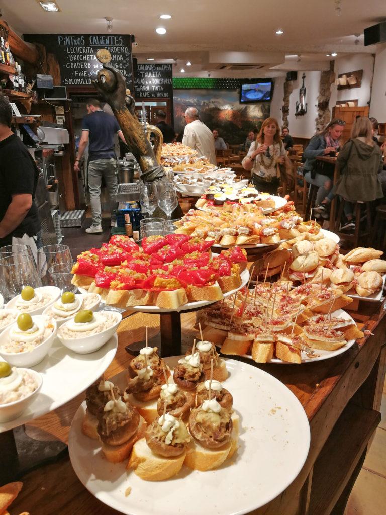The Culinary Art of Pintxos (© Michael Roth)