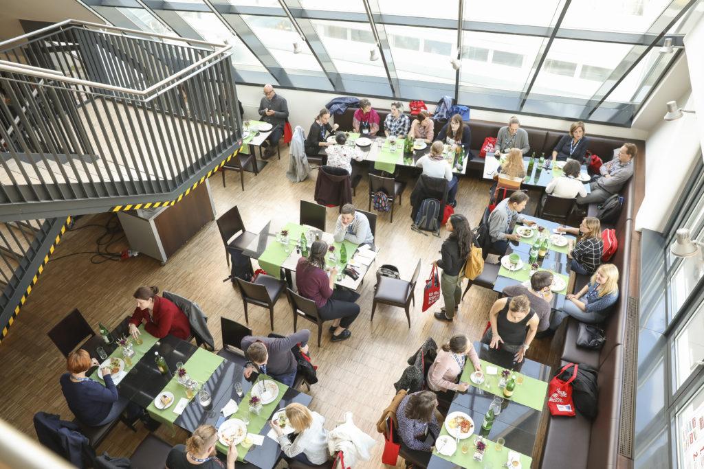 Beim Mittagessen in der Lounge im 5. Stock fühlten sich die TeilnehmerInnen sichtlich wohl und fanden auch Gelegenheit für Austausch und Vernetzung.