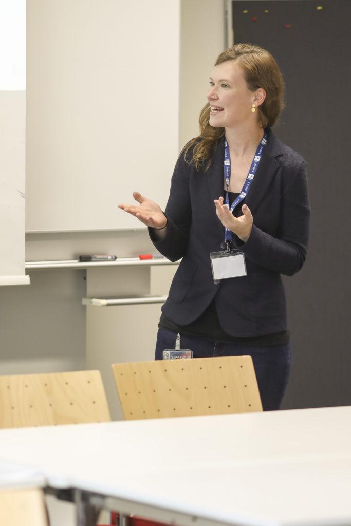 Katharina Thill (Academic Coordinator im Studienbereich Human Resources & Organization) hat die Moderation eines Panels übernommen.