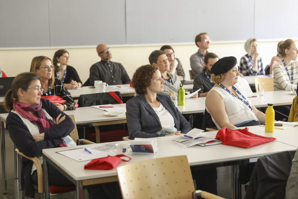 In Vorträgen berichteten KollegInnen von ihren Erfahrungen, erzählten aus Ihrem Wissensschatz und/oder stellten aktuelle Forschungsergebnisse im Bereich der Schreibforschung vor.