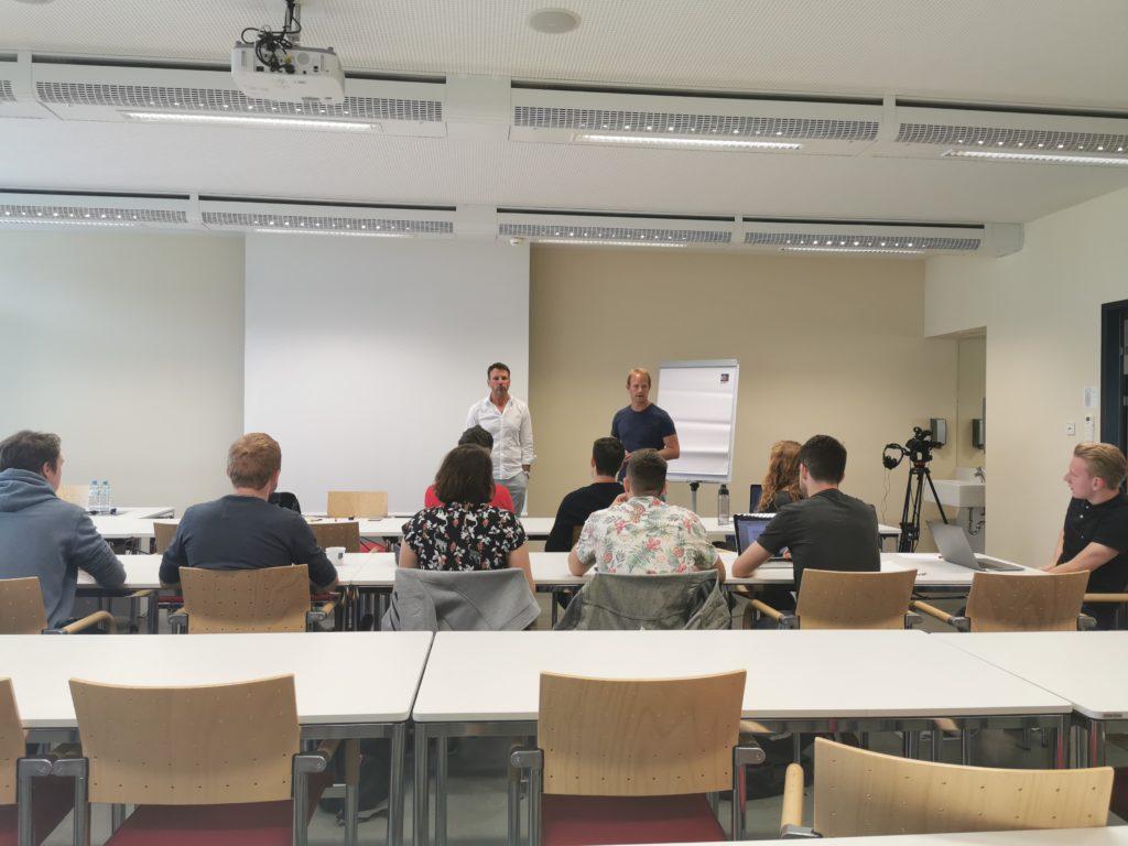 Moderator Volker Piesczek und Kursleiter Martin Reichenauer geben Tipps für gelungene TV-Aufsager. © FHWien der WKW