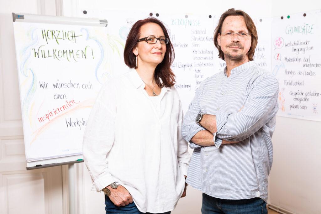 Das Lehrendenteam Elisabeth Gräf und Roman Kellner hat den Preis für innovative Lehre an der FHWien der WKW gewonnen. Foto: (c) Teresa Novotny