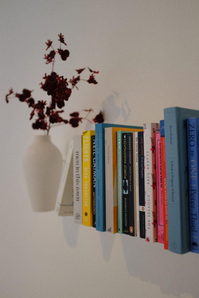 Bücherregal mit Blumenvase